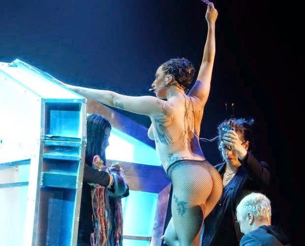 LADY GAGA Performs Completely NAKED!!!! 100%Naughty (PHOTOs)