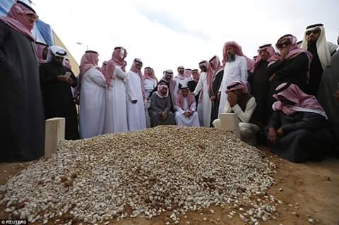Selected Relatives bury Saudi Arabia King Abdullah in an Unmarked grave in a Public Cemetery [PHOTO]